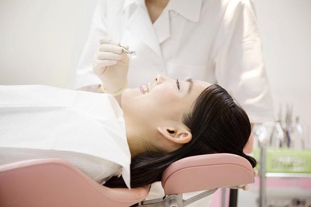 歯科医院で治療中の女性