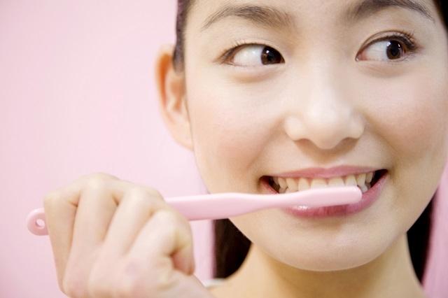 歯ブラシをしている女性